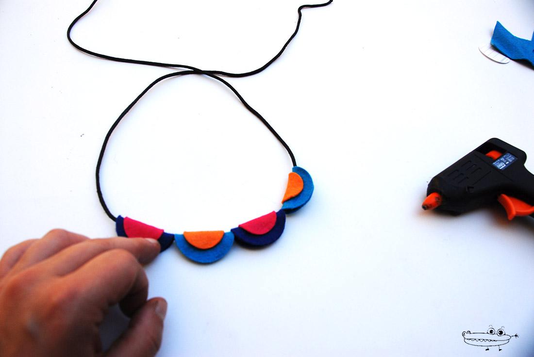 Como hacer un collar de fieltro plano
