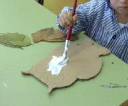 poner cola en el carton para pegar las hojas del buho